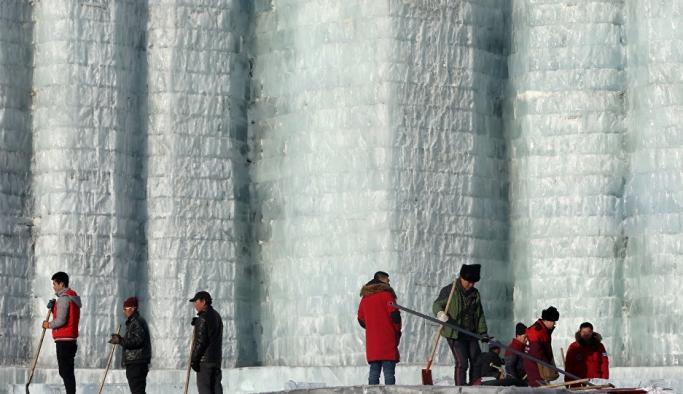 Sıcak dalgası Çin'in kış festivalini vurdu: Heykeller eridi