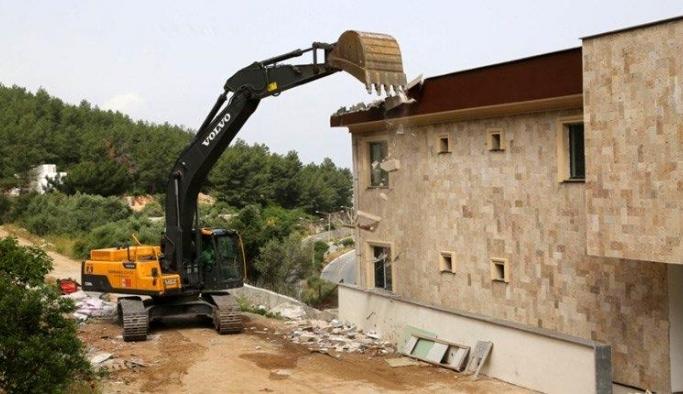 Bodrum'da kaçak yapıların yıkımına başlandı