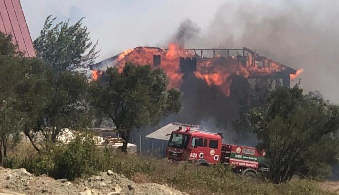 Bornova Beşyol'da orman yangını evlere sıçradı.