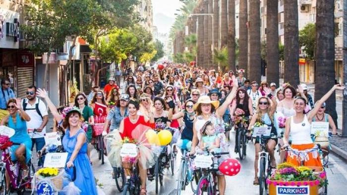 Süslü kadınlar 15 ülkede pedal çevirecek