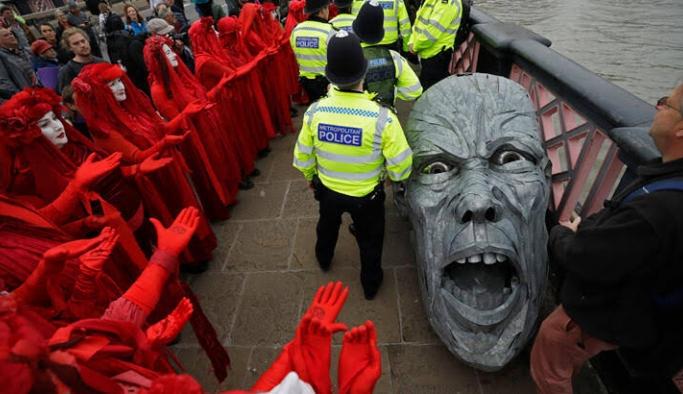 Çevre eylemleri İngiltere'de hayatı durdurdu