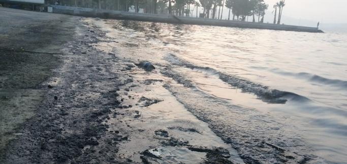 İzmir'de denize petrol türevi atıklar sızdı!