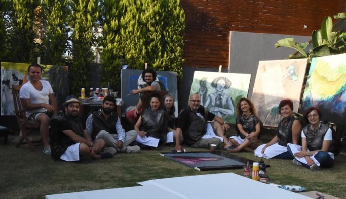 Ressamlar iklim değişikliğine karşı siyah poşet giyerek resim yaptı