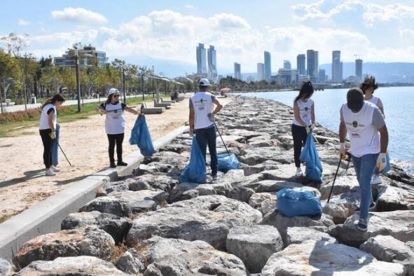 Sosyal medyada örgütlendiler, sahili temizlediler