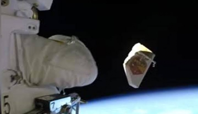 Astronot uzaya çöp atarken görüntülendi!