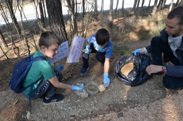 Çocuklar doğa yürüyüşünden sonra çevre temizliği yaptı