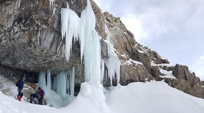 Van'daki buz şelalesi dağcıları bekliyor