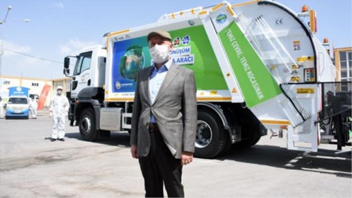 'Sıfır Atık Projesi'nde Türkiye'nin ilk temizlik aracını belediye başkanı tanıttı