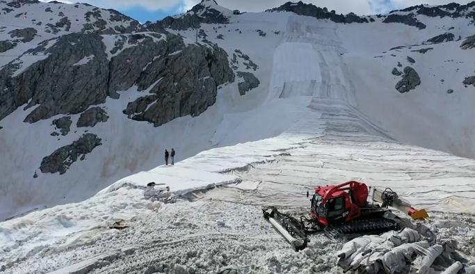 İtalya'da Alpler, karın erimesini önlemek için termal çarşafla örtüldü