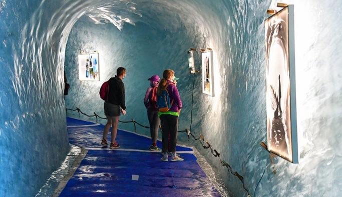 Alpler'deki Buzul Dağı ve Buzul Mağarası