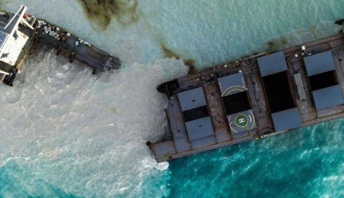 Mauritius'ta karaya oturan tanker ikiye bölündü!