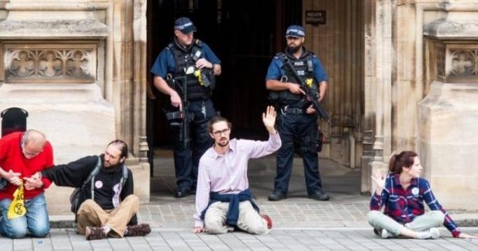 Londra'daki Yokoluş İsyancıları kendilerini Parlamento binasına uhuladı