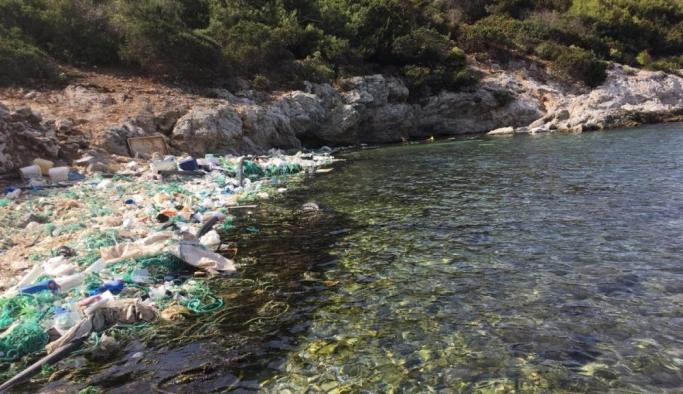 Muğla'da denizin ortasında oluşan çöp adası görenleri hayrete düşürdü