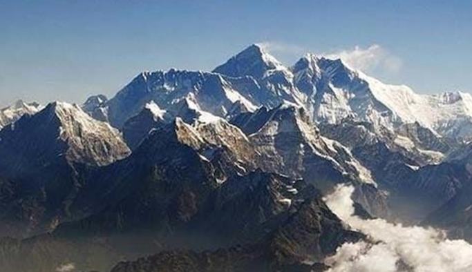 Everest'in zirvesinde mikroplastiklerle kaplı kar!
