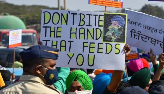 Hindistan'da on binlerce çiftçi eylemlerini sürdürüyor
