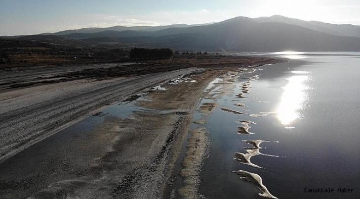 Su seviyesi azalan Salda Gölü'nde küçük adacıklar oluştu