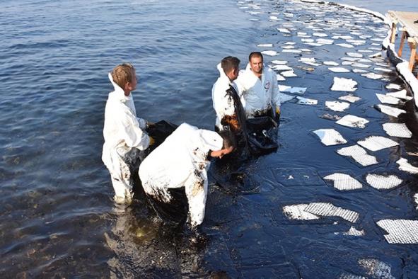 Foça'da çevre faciası yaratan gemiye dava açıldı!