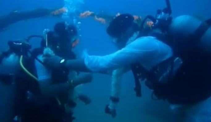 Okyanuslardaki kirliliğe dikkat çekmek için su altında evlendiler