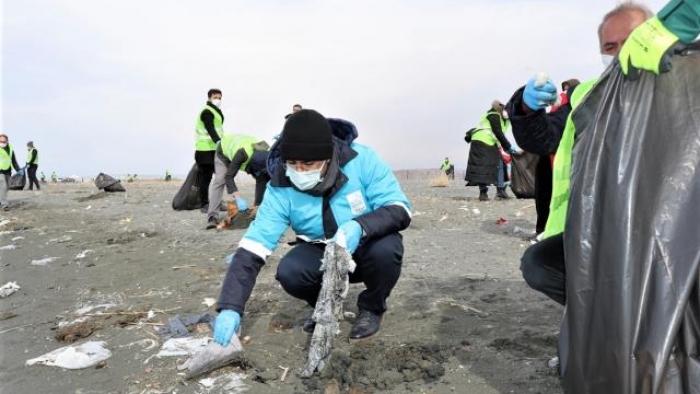 Van Gölü sahili tonlarca çöpten arındırıldı