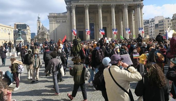 Fransa'da 'İklim İçin Gençlik' eylemi: Gençlere 2030 yılında sunulan geleceğin içi boş görünüyor
