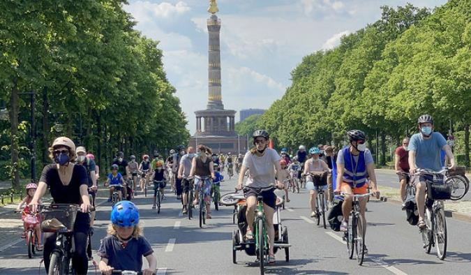 Almanya'da hükümete bisiklet konvoylu protesto