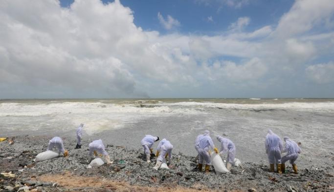 Sri Lanka sahilleri plastik kar örtüsüyle kaplandı: Uzmanlardan çevre felaketi uyarısı