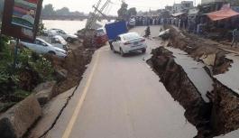 Pakistan'da şiddetli deprem: Çöken yollar arabaları yuttu