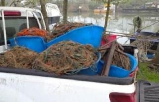 Kaçak ağlara takılan kalkan balıkları denize...