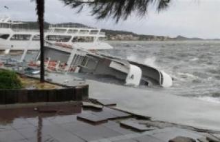 SON DAKİKA: İzmir ve Balıkesir'i fırtına...
