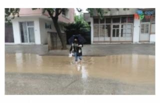 Bursa'da sağanak yağış yolları göle çevirdi