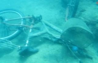 (Özel) Denizin dibinde bisiklet, akü, araba lastiği,...