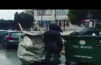 Kağıt toplayan genç İstiklal Marşı'nı duyunca saygı duruşuna geçti